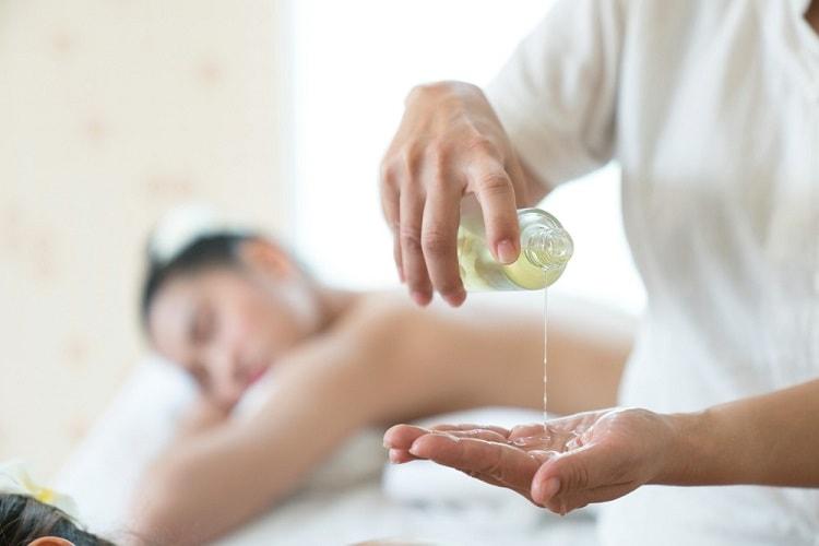 बॉडी मसाज के लिए बेस्ट तेल और इनके फायदे - Best Body massage oil and its benefits in hindi