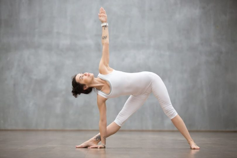 नॉर्मल डिलीवरी के लिए योग त्रिकोणासन - Triangle pose for Normal Delivery in Hindi