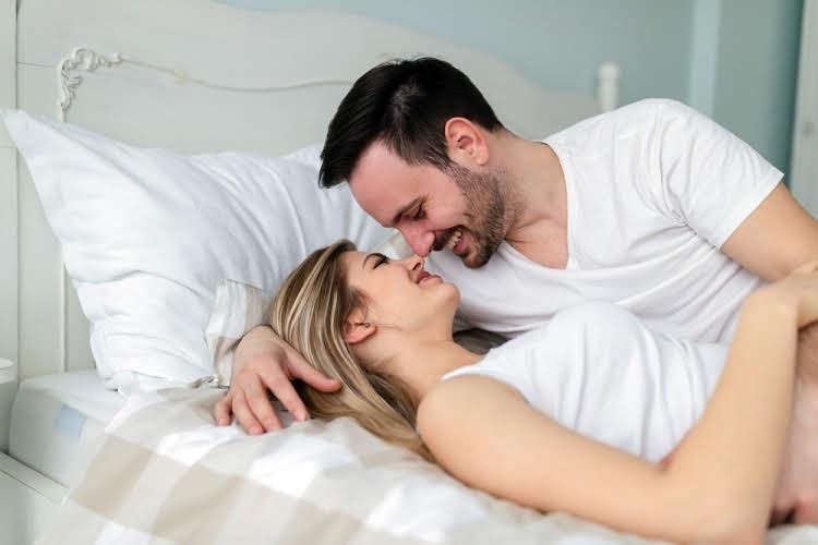 पति पत्नी शारीरिक संबंध बनाने के लिए पार्टनर के सेक्सी शरीर की तारीफ करें - Tell your partner how sexy he is for husband wife physical relation in Hindi