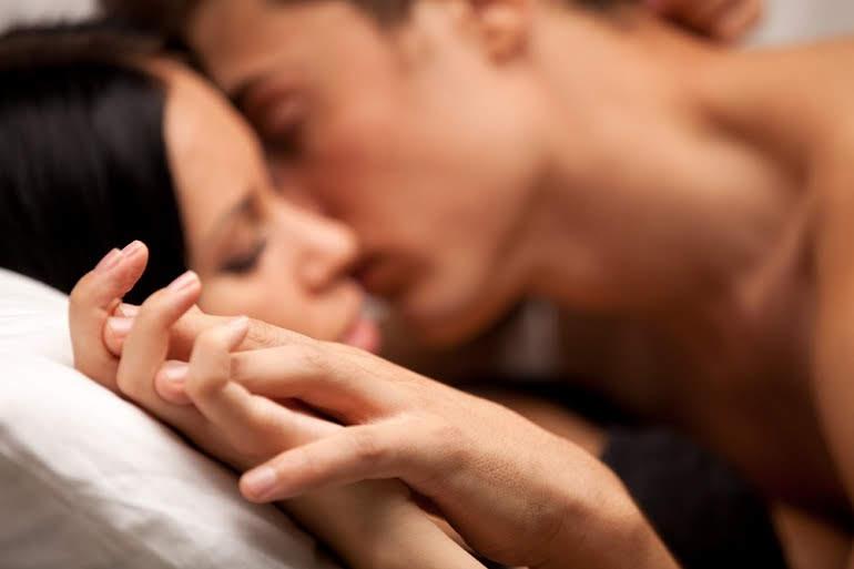 पति पत्नी के बीच शारीरिक संबंध बेहतकर करने के लिए शरीर का मसाज करें - Massage for husband wife physical relation in Hindi