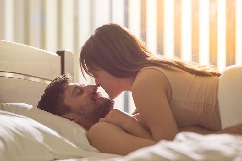रात में पति और पत्नी के बीच प्यार और शारीरिक संबंध - Raat Mein Pati Aur Patni Ke Bich Pyar In Hindi