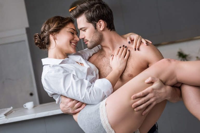 रात में पति पत्नी के बीच प्यार बढ़ाने के लिए सेक्स को रोमांचकारी बनाएं - Set the scene for husband wife physical relation in Hindi